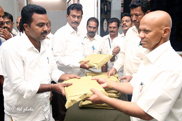 distributing clothes to kkc barbers 02 copy