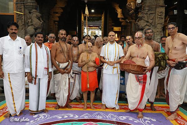 CHIEF PONTIFF OF SRI RANGAM SRIMATH ANDAVAN ASHRAMAM2