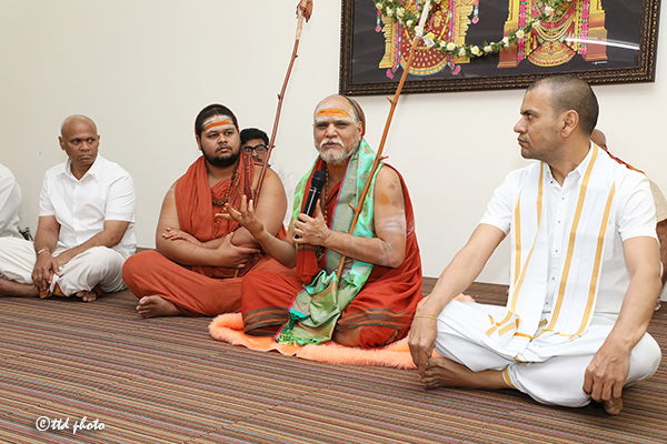 SHARADA PEETHAM PONTIFF ADDRESSING SRIVARI SEVAKS