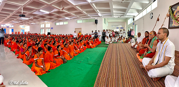SHARADA PEETHAM PONTIFF ADDRESSING SRIVARI SEVAKS3