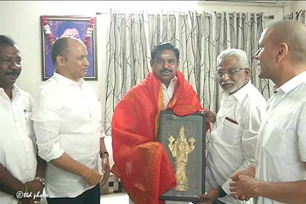 TTD CHAIRMAN INVITES TN CM FOR BHOOMIPOOJA1