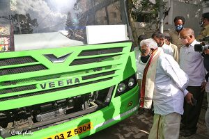 CHAIRMAN INSPECTING ELECTRIC BUS