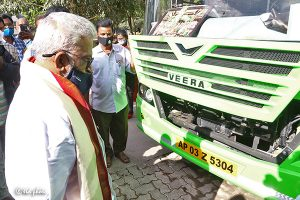 CHAIRMAN INSPECTING ELECTRIC BUS1