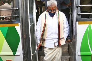 CHAIRMAN INSPECTING ELECTRIC BUS4