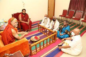 TTD CHAIRMAN TTD EO ADDL EO met HH Jagadguru Sankaracharya Sri Sri Sri Swaroopanandendra Saraswathi Maha Swamiji Visakha Sarada Peetam1