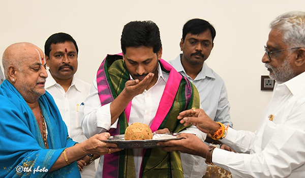 CM GETS SRIVARI BLESSINGS ON HIS BIRTHDAY