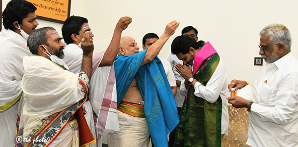 CM GETS SRIVARI BLESSINGS ON HIS BIRTHDAY2