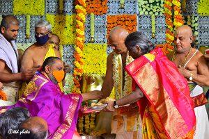 TTD PRESENTS SILK VASTRAMS TO SRI MANTRALAYA RAGHAVENDRA1