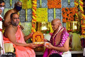 TTD PRESENTS SILK VASTRAMS TO SRI MANTRALAYA RAGHAVENDRA4
